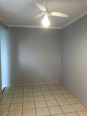 Alugar Apartamento / Padrão em São José do Rio Preto R$ 750,00 - Foto 2